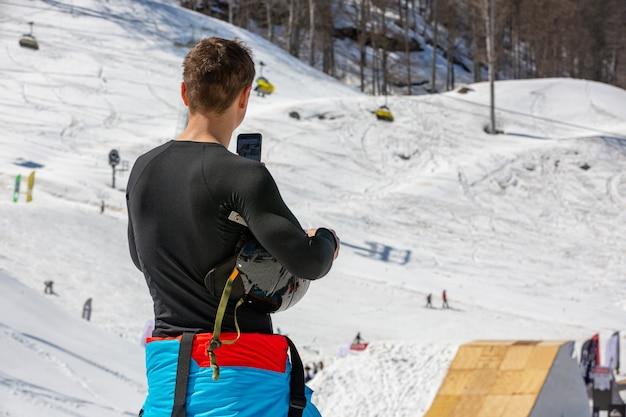 Skifahrer macht ein foto von berglandschaft