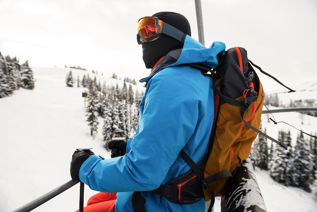 Skifahrer mit blick auf wunderschöne schneebedeckte berge
