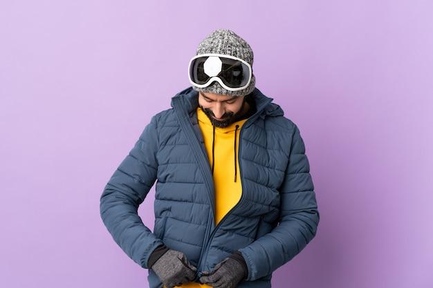 Skifahrer mit snowboardbrille über isoliertem purpur