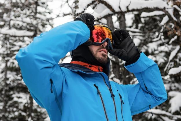 Skifahrer passt seine sonnenbrille an