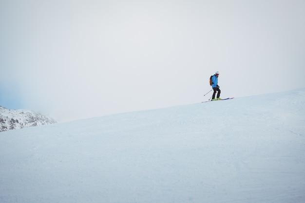 Skifahrer skifahren auf schneebedeckten bergen