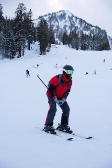 Skifahrer skifahren bergab im hochgebirge