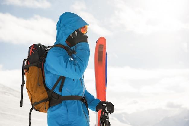 Skifahrer sprechen auf dem handy