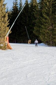 Skifahrer und sessellifte der skiregion in der ukraine