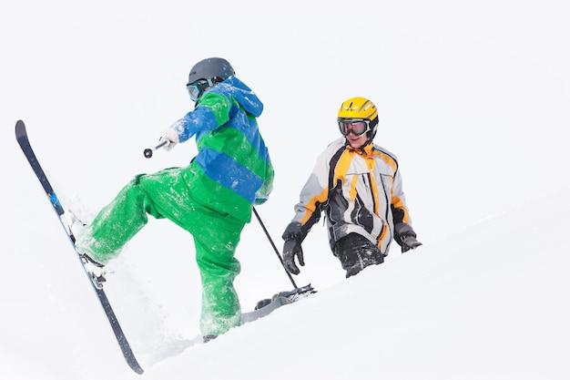 Skifahrer und snowboarder im schnee