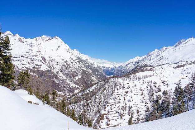 Skifahrer von einem hohen gipfel mit einem tollen blick auf das matterhorn und die umliegenden berge