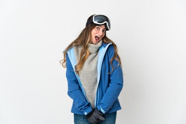 Skifahrerin mit snowboardbrille lokalisiert auf weiß mit überraschendem gesichtsausdruck