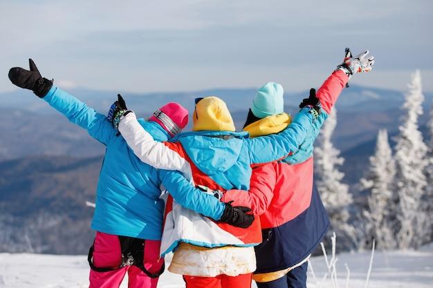 Skifahrerinnen, snowboarderinnen freuen sich am berghang