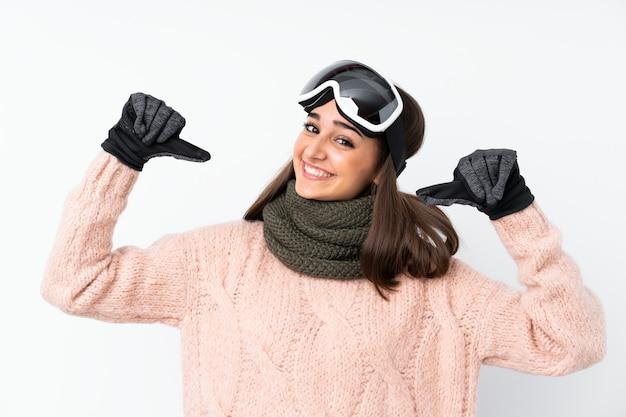 Skifahrermädchen mit snowboardinggläsern über lokalisierter weißer wand stolz und selbstzufrieden