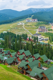 Skigebiet basis bukovel in karpaty bergen am sommertag.