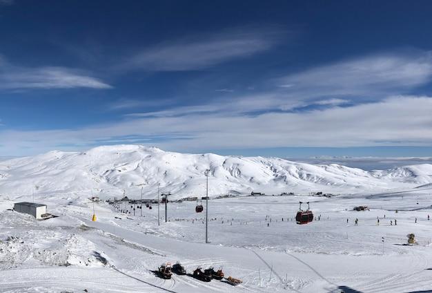 Skigebiet erciyes in der türkei. schönes relief, strahlende sonne, verschneite pisten.