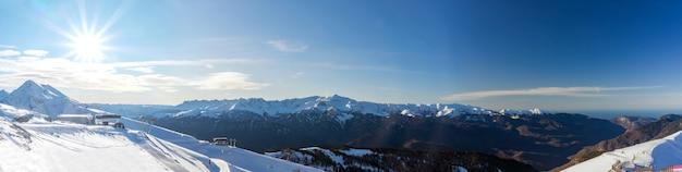Skigebiet rosa khutor. berglandschaft von krasnaya polyana und sonne, sotschi, russland.