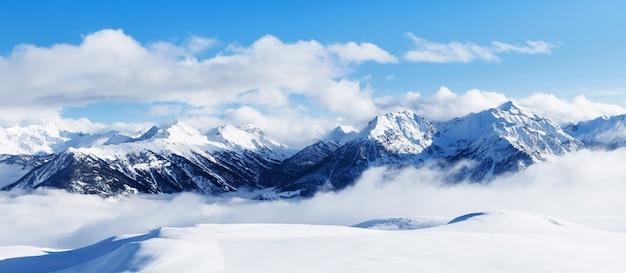 Skigebietslandschaft am klaren sonnigen tag. bergskigebiet. schneehang