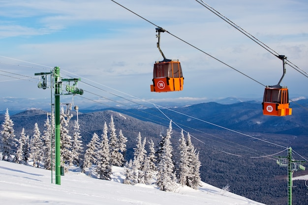 Skilift im bergskigebiet