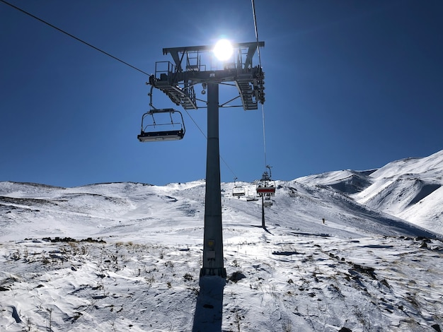 Skilift im skigebiet erciyes, türkei. schönes relief, strahlende sonne, verschneite pisten.