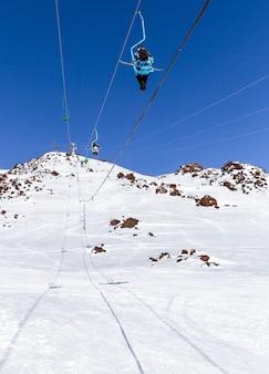 Skilift im skiort hoch in den bergen