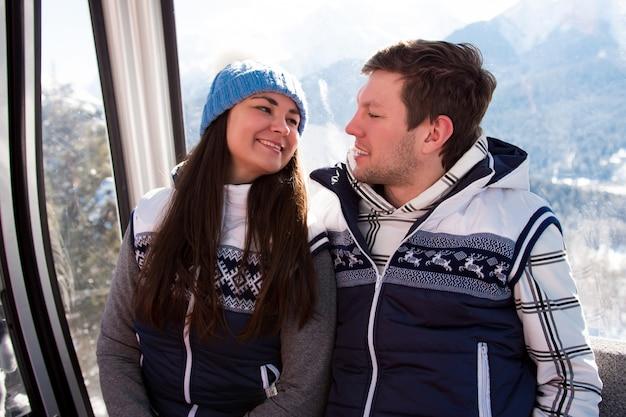 Skilift, skifahren, skigebiet - glückliche skifahrer am skilift.