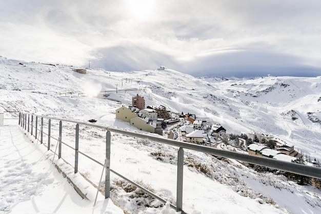 Skiort von sierra nevada im winter, voll vom schnee.