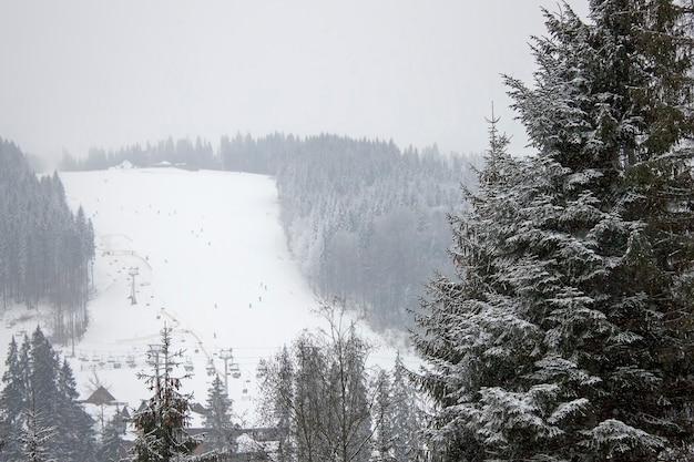 Skipiste im verschneiten wald. ukraine, karpaten