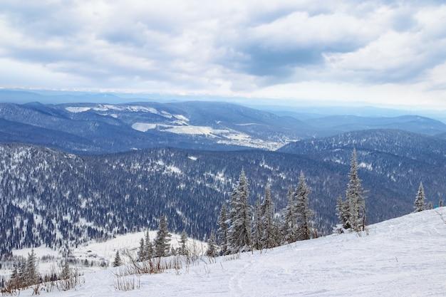 Skipiste in bergen. skiort sheregesh, sibirien, russland.
