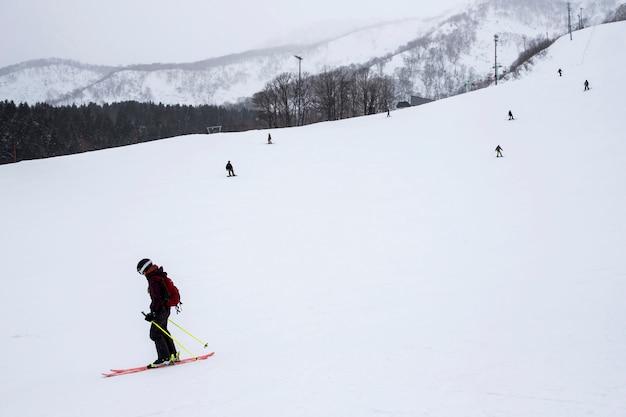Skipisten im winter und schnee in sapporo, hokkaido, japan