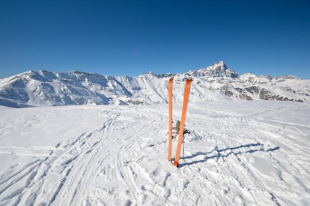 Skitourenausrüstung im schnee, winter auf den alpen