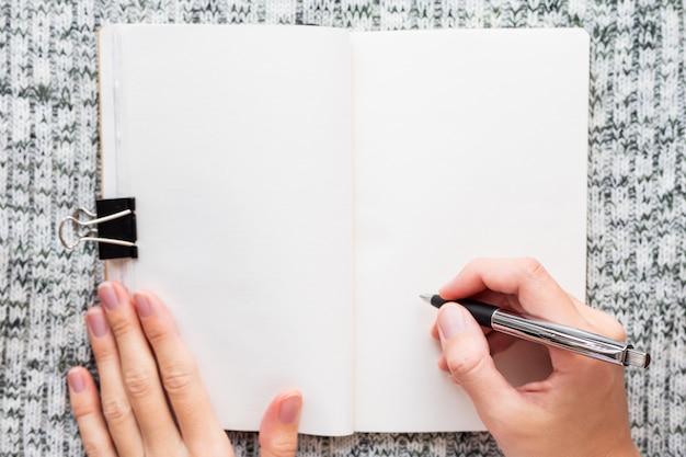 Skizzenbuch auf einer leeren seite geöffnet.