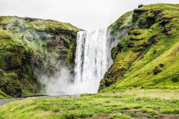 Skogafoss wasserfall in island im sommer.