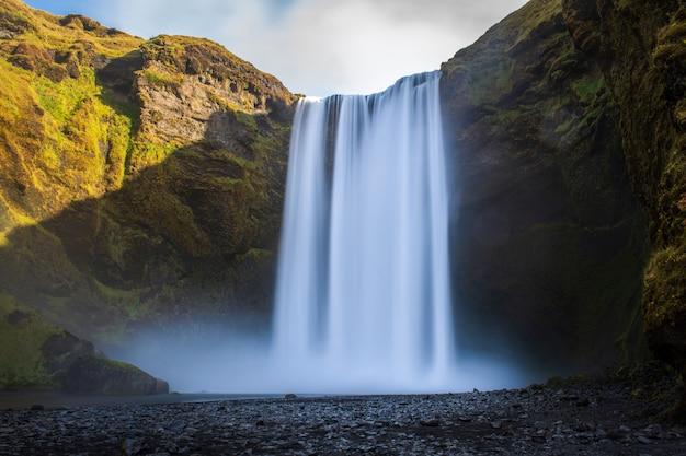 Skogafoss-wasserfall mit regenbogen in island