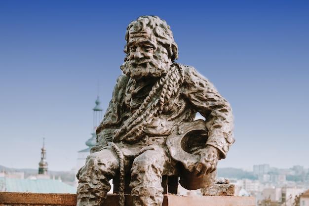 Skulptieren sie einen schornsteinfeger auf dem dach des house of legends in lemberg, ukraine. lemberg ist die attraktivste stadt für touristen in der ukraine