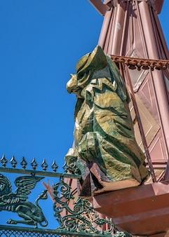 Skulptur auf dem dach des schlosses von ravadinovo, bulgarien
