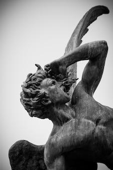 Skulptur des gefallenen engels im el retiro park
