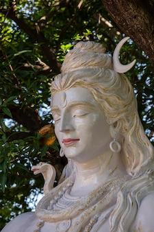 Skulptur des indischen gottes shiva, hinduistisches idol in der nähe des ganges, rishikesh, indien. statuenstand in der nähe des gang-flusses, nahaufnahme