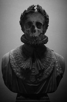 Skulptur mit schädelgesicht in schwarzweiss