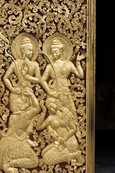 Skulptur schnitzte auf tür des tempels, wat xieng thong-tempel, luang prabang, laos