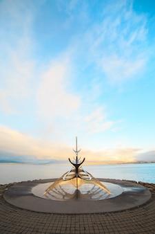 Skulptur solarreisender, wikingerschiffsmonument in reykjavík, island.