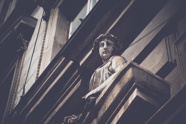 Skulptur verziert eine fassade eines gebäudes in prag, tschechische republik