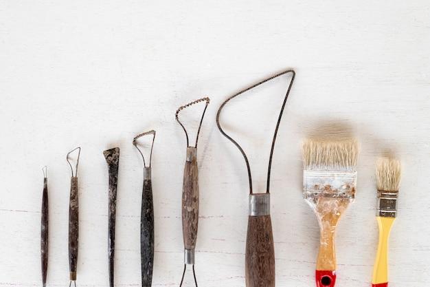 Skulptur-werkzeuge. kunst- und handwerkswerkzeuge auf einem weißen hintergrund.