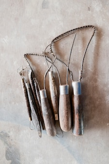 Skulptur-werkzeuge. kunst- und handwerkswerkzeuge auf hölzernem hintergrund.