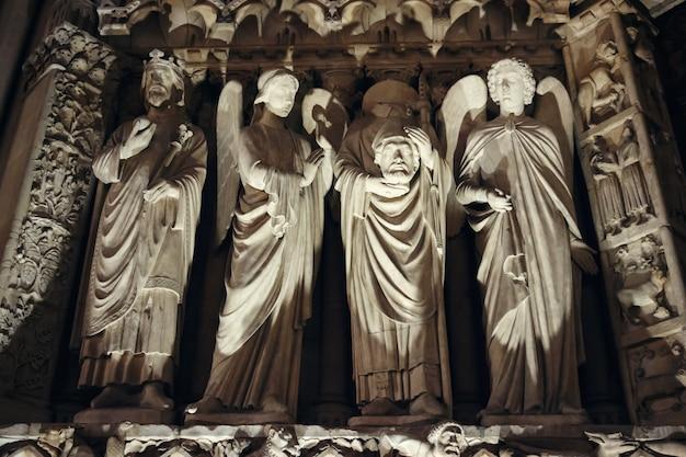 Skulpturen und architektur details von notre dame