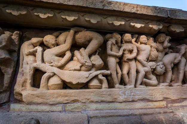 Skulpturen von musikern an den außenwänden im hindu-tempel in khajuraho, indien. die meisten khajuraho-tempel wurden zwischen 950 und 1050 von der chandela-dynastie erbaut.