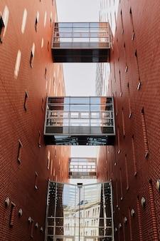 Sky bridge zwischen zwei kommerziellen hochhaus im zentrum der stadt innenstadt roter backstein