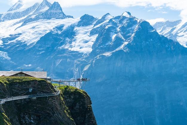 Sky cliff walk auf dem ersten gipfel des alpenberges bei grindelwald schweiz