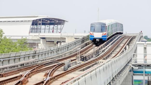 Sky train in bangkok läuft auf einer stahlschiene zur station