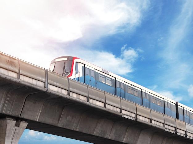 Sky train läuft auf eisenbahn in der innenstadt