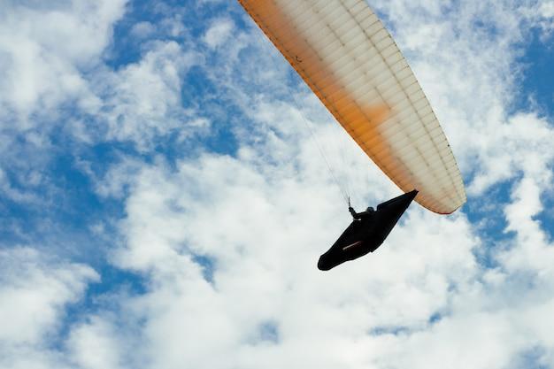Skydiver im himmel zwischen den wolken