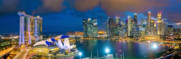 Skyline bay in der innenstadt von singapur in der dämmerung