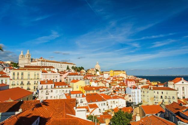 Skyline der altstadt von lissabon, portugal an der alfama. Premium Fotos