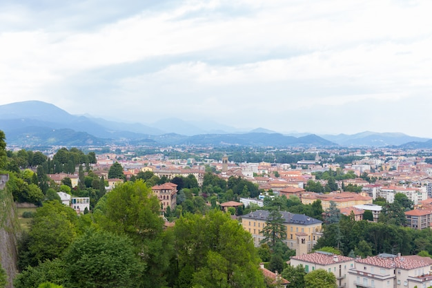 Skyline der europäischen sommerstadt. stadtblick von oben nach unten. italienische stadtlandschaft. blick auf bergamo stadt. italien.