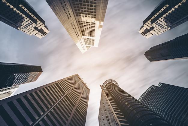 Skyline der geschäftsgebäude, die mit blauem himmel nach oben schauen